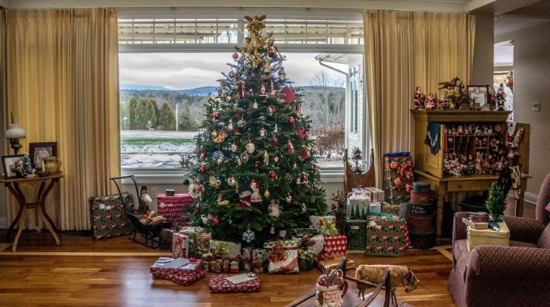 Božićni ukrasi na božićnom drvcu
